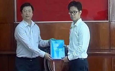Ông Vũ Minh Hoàng (phải) nhận quyết định điều về làm phó giám đốc Trung tâm xúc tiến đầu tư thương mại và hội chợ triển lãm Cần Thơ