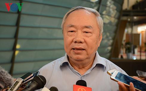 Ông Vũ Mão - nguyên Chủ nhiệm Văn phòng Quốc hội trả lời báo chí sáng 25/10 bên hành lang Kỳ họp thứ 2, Quốc hội khoá XIV (Ảnh: Hiếu Minh)