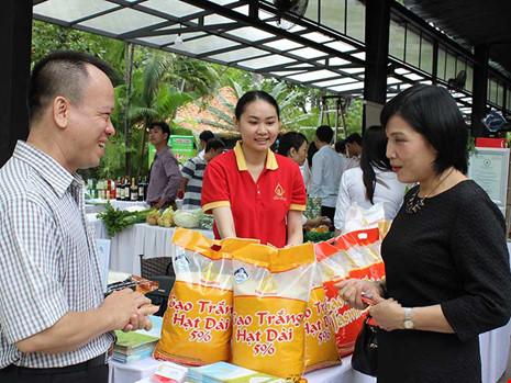 Gạo Việt đang thất thế trước các đối thủ. Trong ảnh: DN giới thiệu sản phẩm gạo tại một triển lãm hàng nông nghiệp, thực phẩm. Ảnh: QH