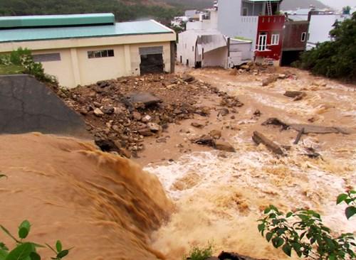 Nước lũ lại ào ạt đổ về như thác tại nơi kênh thoát lũ bị vỡ vào lúc gần 1h sáng ngày 13/12, gây trận lũ quét kinh hoàng