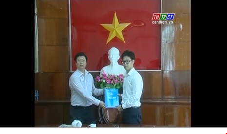 Lãnh đạo UBND TP Cần Thơ trao quyết định bổ nhiệm ông Vũ Minh Hoàng sau khi tiếp nhận về từ Ban chỉ đạo Tây Nam Bộ. (Ảnh cắt clip THCT)