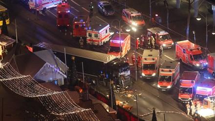 Hiện trường kinh hoàng vụ xe tải lao vào chợ Giáng sinh ở Berlin, Đức.