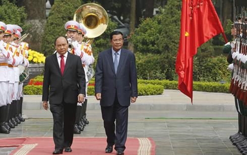 Thủ tướng Nguyễn Xuân Phúc đón Thủ tướng Campuchia