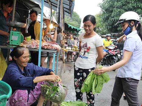 Từ nay đến cuối năm có nhiều áp lực lên giá hàng hóa. Trong ảnh: Người tiêu dùng chọn mua rau xanh tại chợ D9, quận Tân Phú, TP.HCM. Ảnh: HOÀNG GIANG