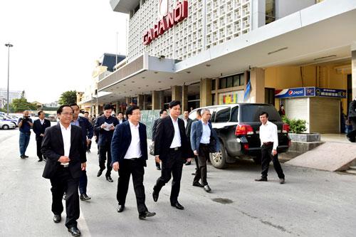 Phó Thủ tướng Trịnh Đình Dũng (hàng đầu, thứ 2 từ trái sang) thị sát tại ga Hà NộiẢnh: Xuân Tuyến