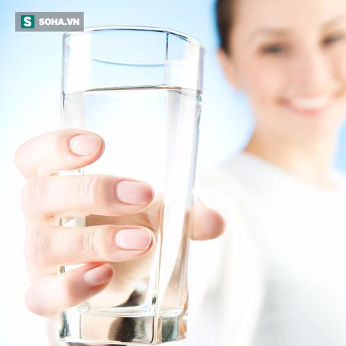 Uống đủ nước là nguyên tắc quan trọng hàng đầu đối với sức khỏe. (Ảnh minh họa).