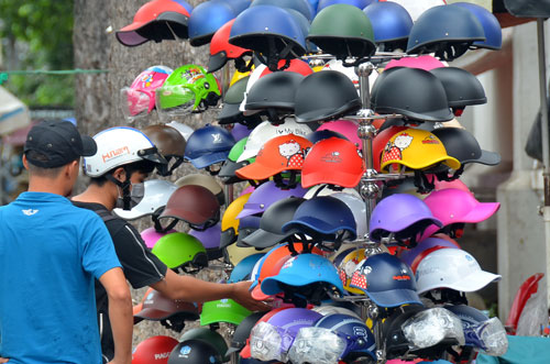 Mũ bảo hiểm vẫn được bày bán trên vỉa hè nhiều tuyến đường ở TP HCM. Trong ảnh: Một điểm bán mũ bảo hiểm trên đường Nguyễn Trãi, quận 5 Ảnh: TẤN THẠNH