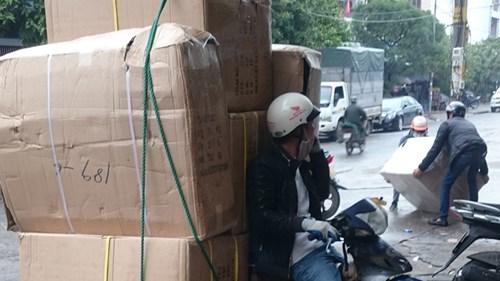 Hàng lậu tập kết về khu vực chợ số 3, đường Triều Dương, phường Trần Phú, TP Móng Cái.