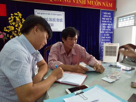 Ông Hồ Phi Vũ (áo hồng), Giám đốc Ban quản lý Đầu tư Xây dựng công trình quận 9