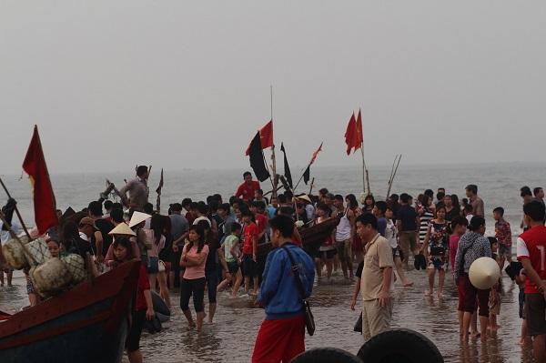 Một hoạt động đánh bắt cá của ngư dân miền Trung thu hút sự tham quan của nhiều khách du lịch. Ảnh: HO