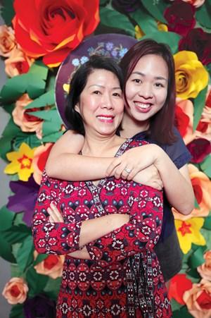 Bà Ánh Hồng và con gái Ý Vân - Ảnh DNSG.