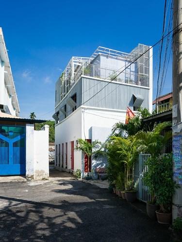 Ngôi nhà 3 tầng màu trắng thoáng mát nằm trong khu dân cư thuộc quận Thủ Đức, thành phố Hồ Chí Minh.