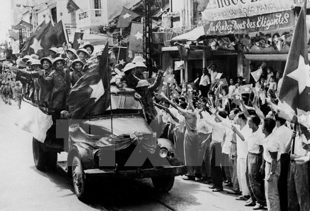 Bộ đội ta từ các cửa ô tiến về giải phóng Thủ đô. (Ảnh: Tư liệu TTXVN)