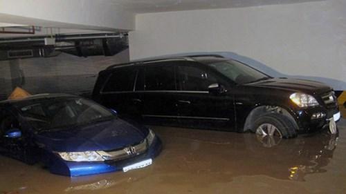 Nước vào tầng hầm giữ xe ở một chung cư.