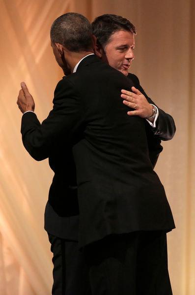 Tổng thống Obama và thủ tướng Ý Renzi chào hỏi thân thiết - Ảnh: Reuters