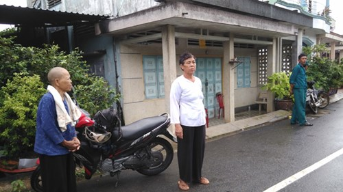 Người dân tìm đến nhà chị Đào nhờ giúp đỡ.