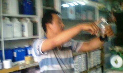 """Nhân viên cửa hàng hóa chất trên đường Lê Duẩn giới thiệu về loại """"Cafe Mỹ"""": chỉ cần 35.000 đồng có thể chế được 2.000 ly cà phê.Ảnh: Nguyễn Thành."""