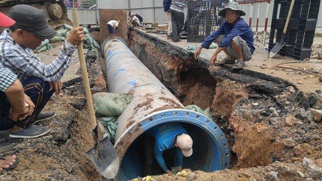 Đoạn cống mới được chồng lên ống D1200 mm Lê Lợi bị xì bể nhằm đảm bảo việc cấp nước trở lại cho người dân.