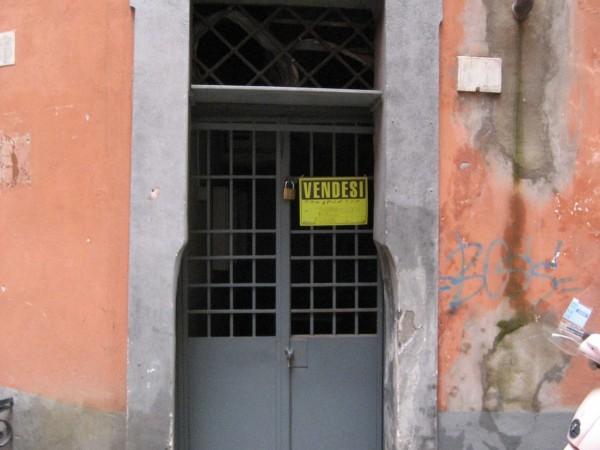 Chiếc cửa vào nhỏ bé lọt thỏm sâu vào trong.