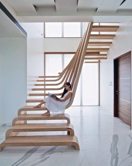 Một thiết kế cầu thang uốn cong vô cùng độc đáo chắc chắn sẽ đem tới vẻ đẹp vừa mềm mại vừa tinh tế lại vừa hiện đại cho căn nhà của bạn.