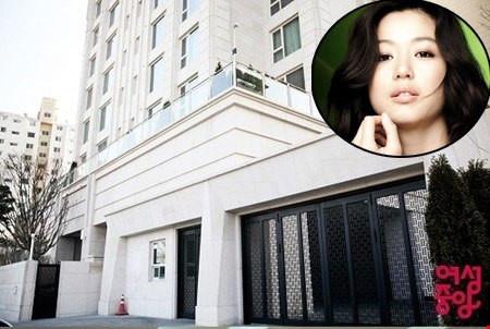 Sau khi cưới, vợ chồng cô nàng ngổ ngáo ở tại căn hộ 360m2. Tòa nhà với vị trí đắc địa được vợ chồng Jeon Ji Hyun lựa chọn bởi sự hiện đại và an ninh cao.
