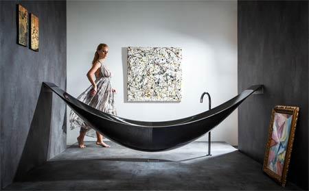 Một bồn tắm sáng tạo được thiết kế với hai đầu được gắn cố định vào tường bằng thép không gỉ, van xả được làm ở giữa đáy bồn, khi xả nước, nước chảy vào khe thoát nước ở sàn nhà.