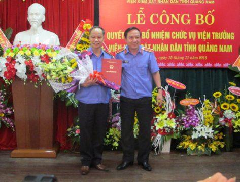 Ông Bùi Mạnh Cường, Phó Viện trưởng VKSND tối cao trao quyết định cho ông Nguyễn Văn Quang. Ảnh VKSNDTC