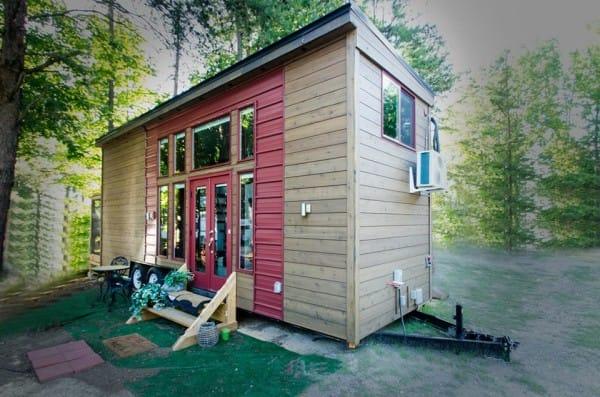 Ngôi nhà là tổ ấm của cô Jewel Pearson ở Charlotte, North Carolina, Mỹ. Trước hiên nhà còn có một bộ bàn ghế xinh xắn làm nơi nghỉ ngơi thư giản ngoài trời lý tưởng cho chủ nhà.