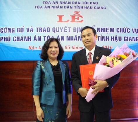 Ông Dương Quốc Tuấn nhận Quyết định bổ nhiệm Phó Chánh án Tòa án nhân dân tỉnh Hậu Giang.