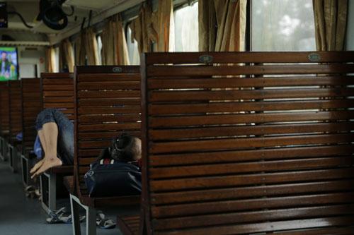 Các toa tàu vắng khách, nhiều hành khách thoải mái nằm ngủ trên băng ghế Ảnh: NGUYỄN TUẤN