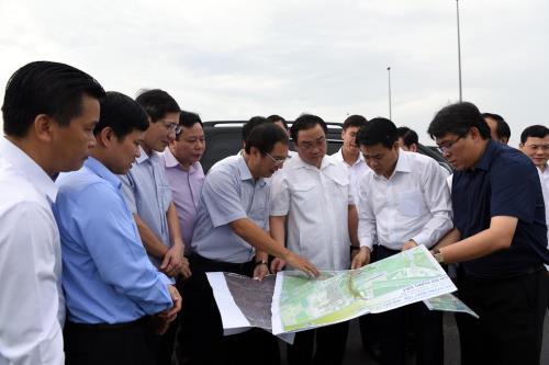 Lãnh đạo thành phố Hà Nội đang xem quy hoạch Công viên vui chơi giải trí lớn bậc nhất Khu vực Đông Nam Á, Công viên Kim Quy (Đông Anh). Ảnh: Nguyễn Văn Cảnh - TTXVN