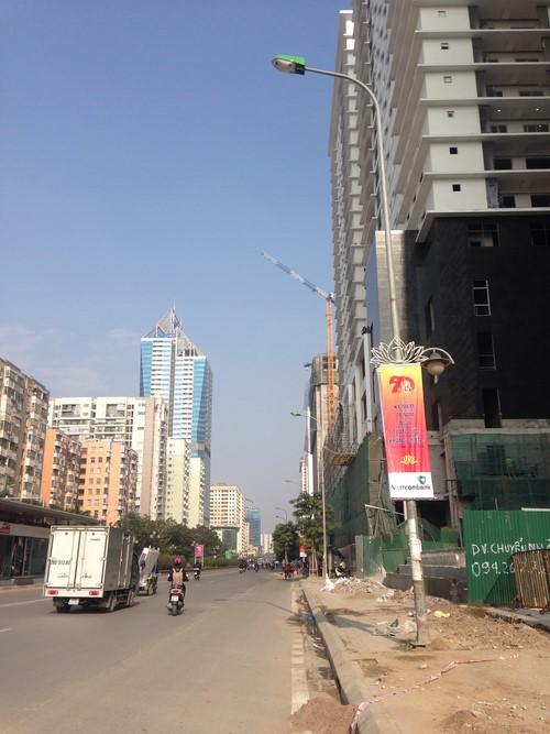 Một cánh sắt khổng lồ vô tư vươn dài ra tuyến đường Lê Văn Lương.