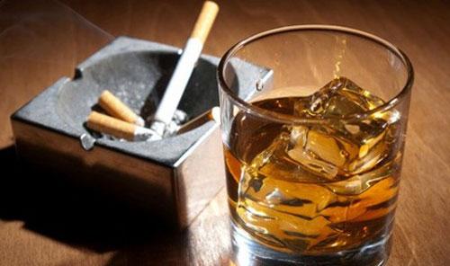 Rượu và thuốc lá chính là cặp bài trùng khiến gây hại cho vòm họng của bạn. (Ảnh minh họa).