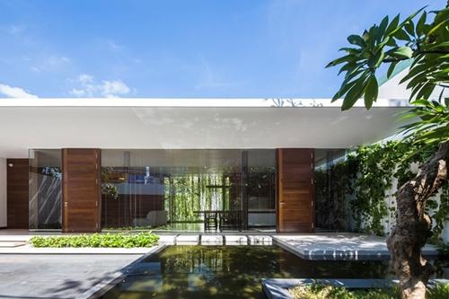 Ngôi nhà chỉ có 1 tầng nhưng không gian rộng thoáng và tràn ngập màu sắc tự nhiên.