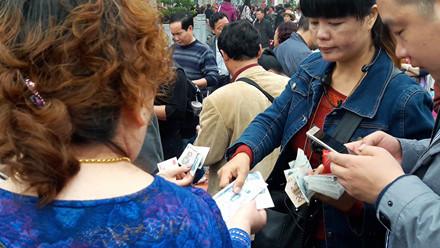 Người phụ nữ này liên tục dùng loa mời gọi đổi tiền