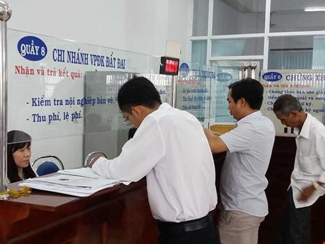 Người dân đang làm thủ tục cấp giấy tờ nhà, đất tại huyện Bình Chánh, TP.HCM. Ảnh: HTD