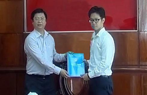 Ông Vũ Minh Hoàng (phải) nhận quyết định điều về làm phó giám đốc Trung tâm xúc tiến đầu tư thương mại và hội chợ triển lãm Cần Thơ. Ảnh: Đài PT-TH Cần Thơ