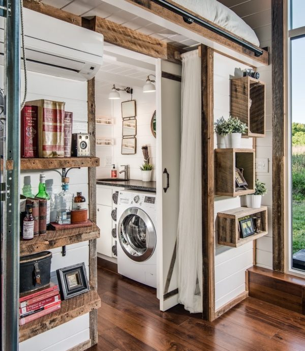 Không gian phòng tắm với đầy đủ những thiết bị hiện đại như: máy giặt, bồn tắm và được bố trí khá thông minh.