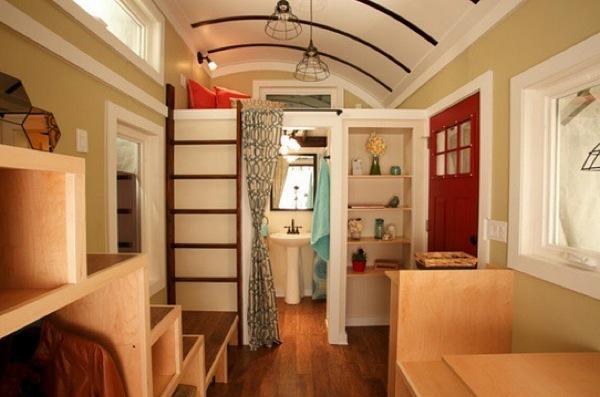 Toàn bộ nội thất bên trong ngôi nhà này đều được làm bằng gỗ sáng màu tạo cảm giác thoáng đãng và ấm cúng.