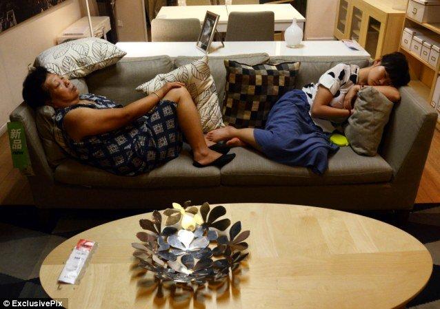 Mùa hè nóng nực vào siêu thị Ikea ngủ là nhất, đỡ tốn điện nhà lại vừa thoải mái. Ảnh: Daily Mail