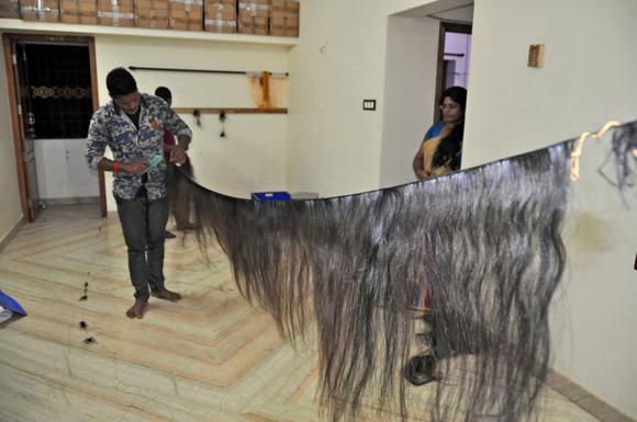 Phần tóc giả và tóc nối thành phẩm tại một gia đình làm tóc Ấn Độ.