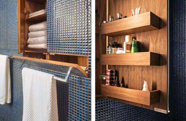Nhà vệ sinh tuy nhỏ nhưng vô cùng gọn gàng ngăn nắp. Hệ thống tủ kệ trong không gian này cũng được tận dụng một cách tối đa để trữ đồ.
