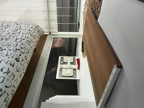 Với một cánh cửa thiết kế dạng lật, chỉ được mở ra khi đi lên gác xép, sau đó đóng lại giúp tăng thêm diện tích cho phòng ngủ, đồng thời đảm bảo an toàn cho người sử dụng không bị rơi từ giường xuống tầng 1 khi không để ý.