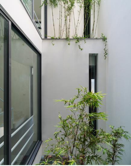 Những khóm trúc được liên tiếp trồng đan xen giữa các tầng mang màu xanh tươi mát cũng như không khí trong lành cho chủ nhà.