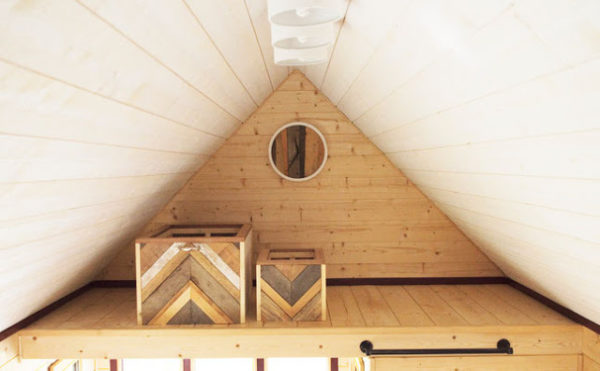 Phía trên đầu là một gác xép nhỏ làm nơi lưu trữ đồ vô cùng thuận tiện cho chủ nhà.
