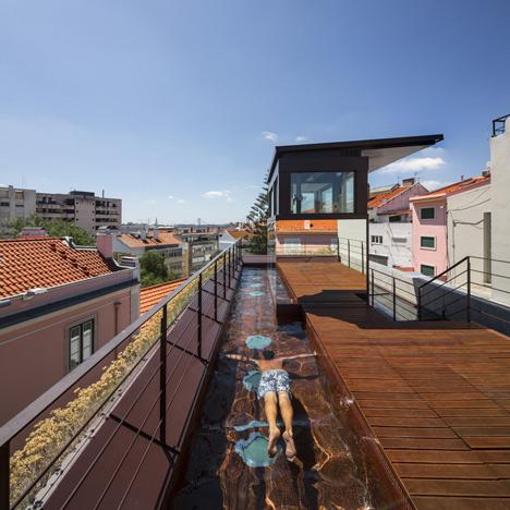 Trên sân thượng là cả một khu nghỉ ngơi, thư giãn lý tưởng cho chủ nhà với một bể bơi được thiết kế chạy dọc chiều dài ngôi nhà.