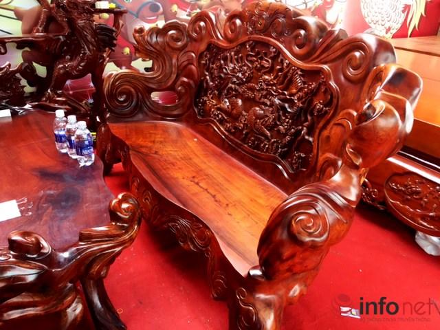 Chiếc ghế dài được làm từ một khối gốc.