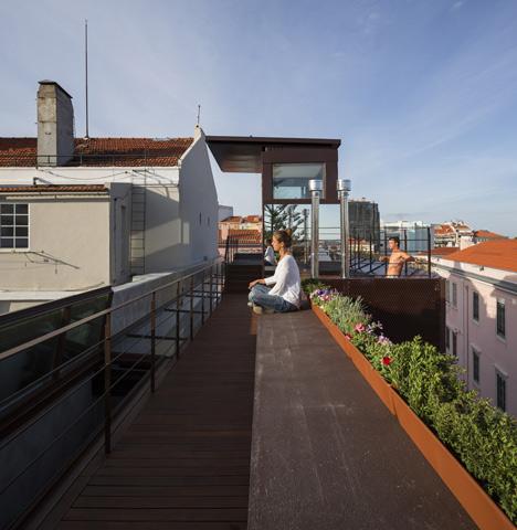 Nơi đây còn có một gian phòng nhỏ bao quanh bởi những bức tường kính giúp chủ có thể ngắm nhìn thành phố từ trên cao.