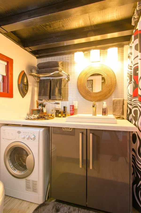 Khu vực bếp sang trọng được bố trí ngay bên dưới gác xép cạnh phòng khách.