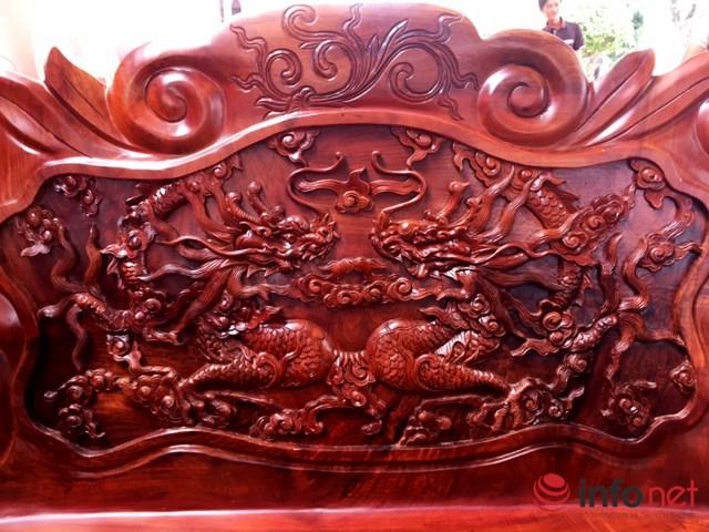 Lưng ghế dài khắc hoạ hai con rồng đối xứng.